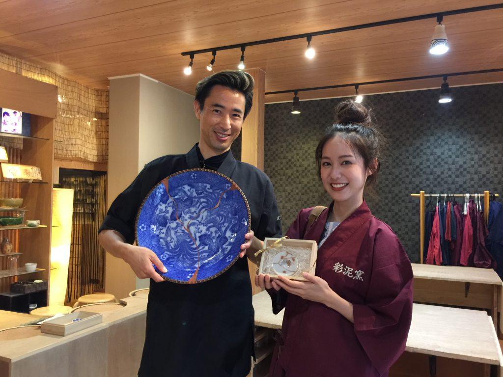 タイ最強のネットアイドル ピムタさんに陶芸家中野拓が金継ぎを指導しました