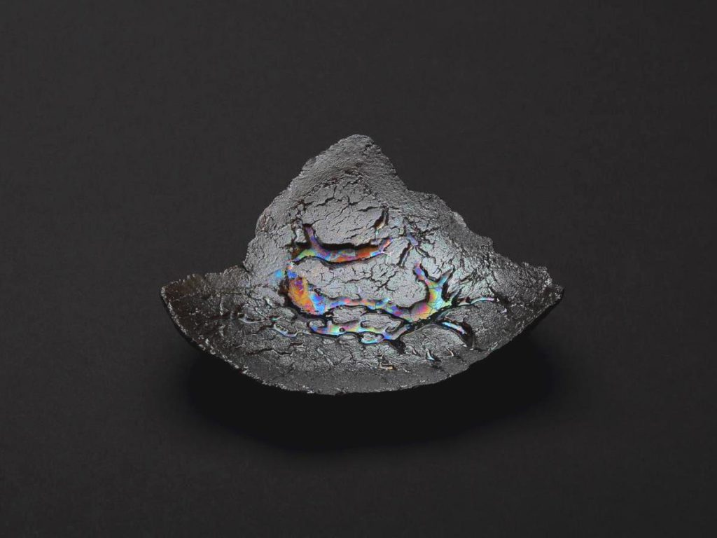 陶芸家中野拓が隕石をモチーフに創作した器 彩泥シルバーラスター colored slip ware luster pottery ceramic art meteorite-inspired created by a ceramist Taku Nakano